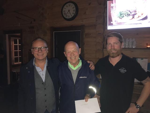 Segrarna i dagens tävling Jan Löfgren och Anders Edholm tillsammans med Dennis Sandström, Sandnäset Golf
